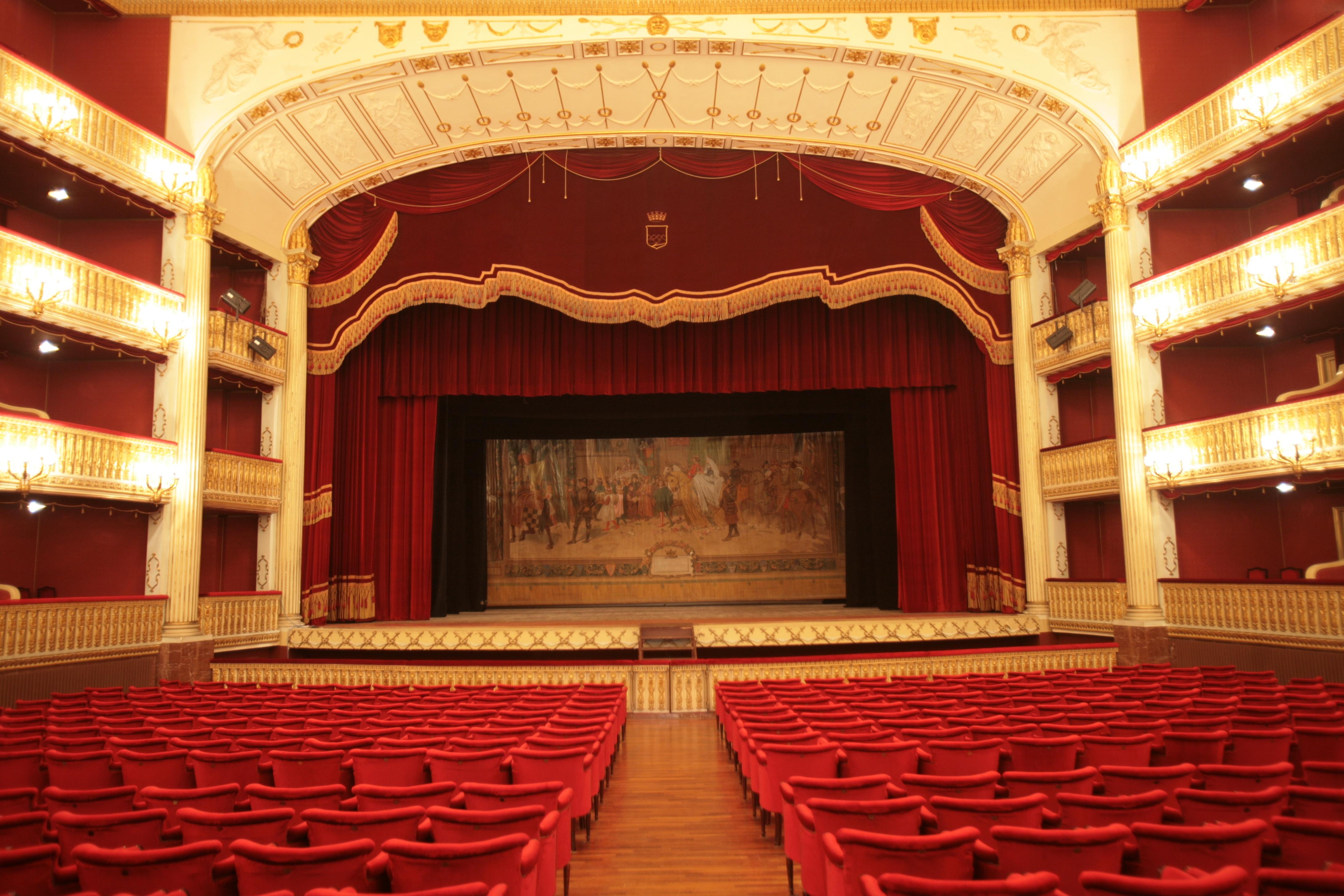 Interno teatro Rendano con sipario storico