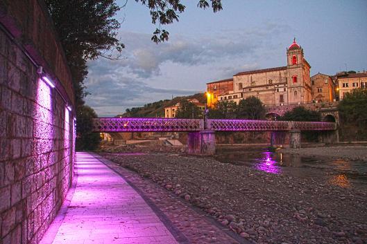 lungofiume centro storico illuminato