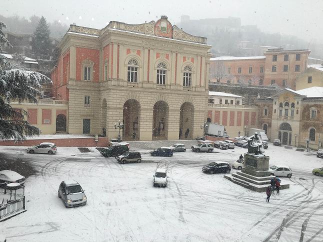 Paesaggio di neve a Cosenza piazza XV Marzo