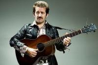 Peppe Voltarelli con la chitarra