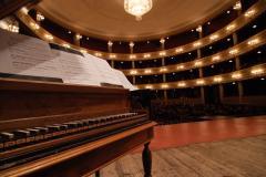Un pianoforte sul palcoscenico del Teatro Rendano