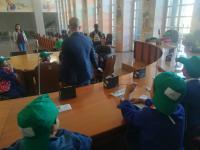 gli alunni della scuola nella sala del Consiglio c