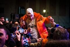 il rapper Clementino attorniato dai suoi fans in P