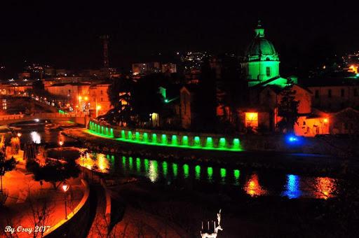 la confluenza dei fiumi illuminata